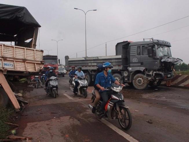 Xe tải dừng sửa chữa bên đường bị xe ben tông