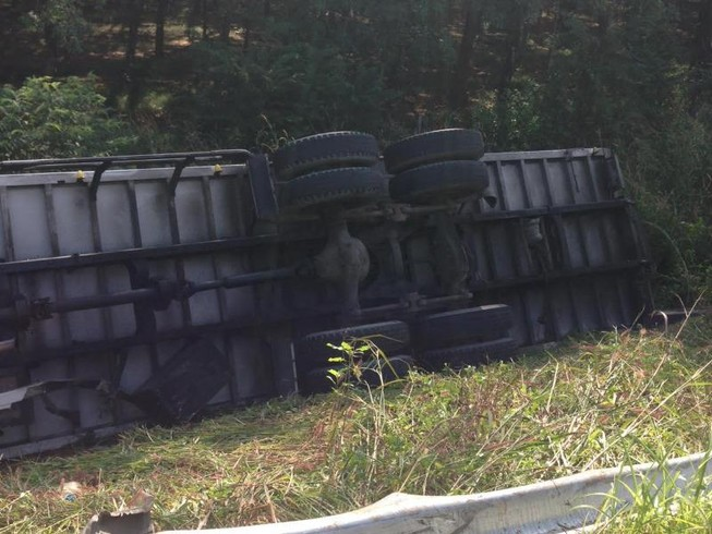 Xe tải tụt dốc, lật nhào trên đường cao tốc