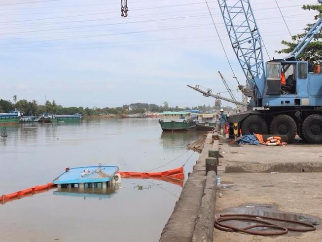 Chìm sà lan, hàng trăm lít dầu tràn ra sông Đồng Nai