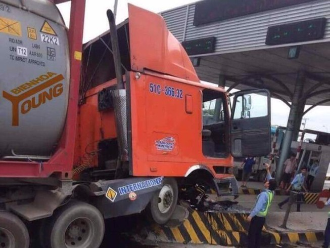 Trạm thu phí cầu Đồng Nai lại bị ô tô đâm