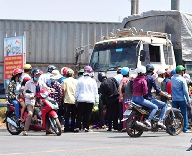 Một phụ nữ bị xe tải ủi đi gần 10 m