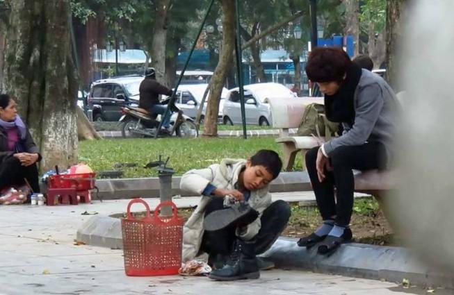 Thử lòng cậu bé đánh giày và điều bất ngờ