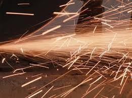 Suýt cháy nhà vì xài máy cắt sắt