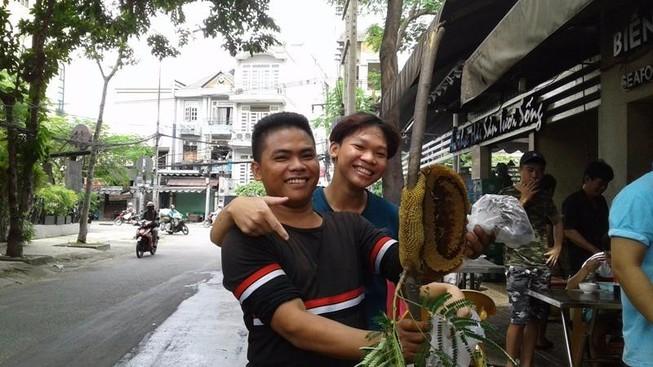 Leo cây, bắt tổ ong náo động phố Sài Gòn