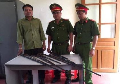 Người dân vùng tái định cư Nghệ An tự nguyện giao nộp hơn 50 súng kíp