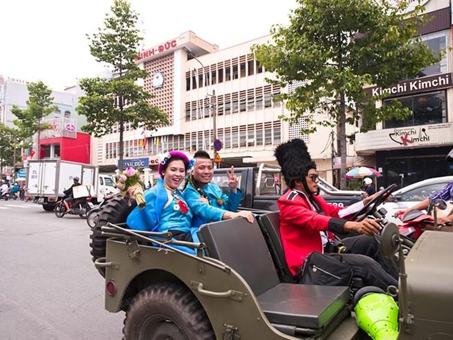 DJ Wang Trần chơi sốc khi rước dâu bằng dàn mô tô cổ