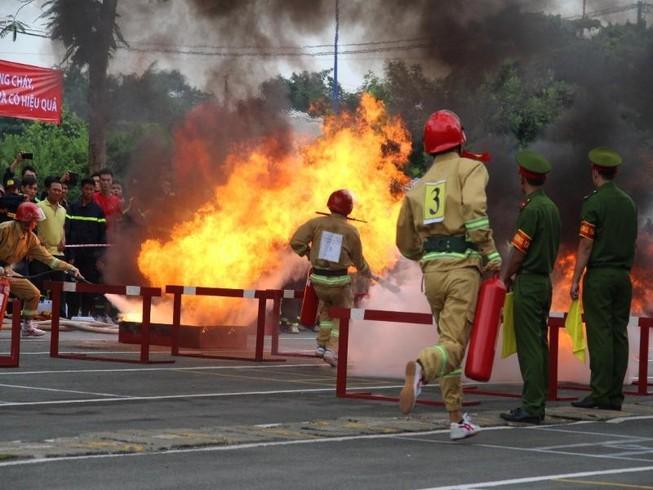 Cảnh sát PCCC băng tường, phá cửa, dập lửa cứu người