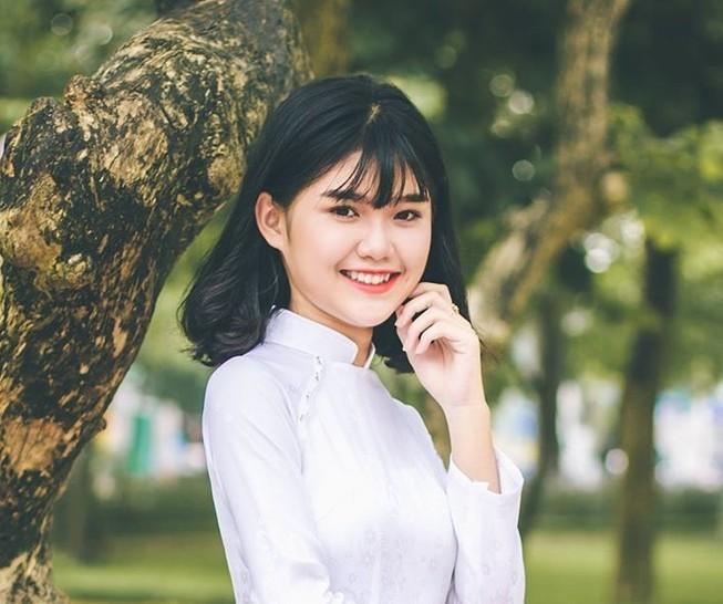 Nữ sinh Quốc học Vinh cực xinh trong tà áo trắng