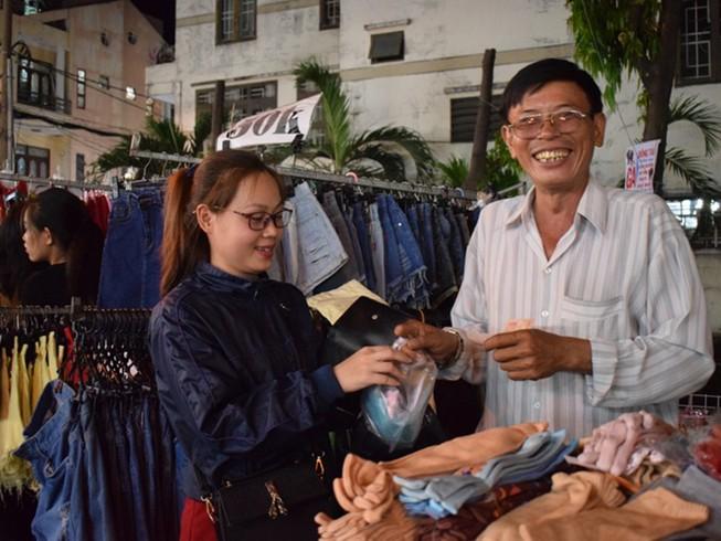Chật vật chen chân đi chợ Hạnh Thông Tây ngày cuối năm