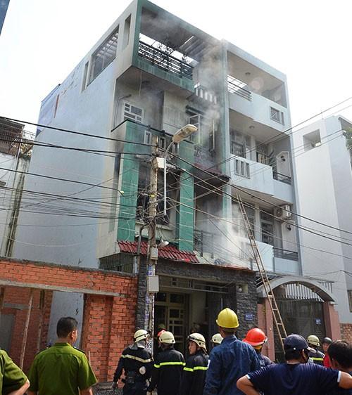 Cụ bà thoát khỏi căn nhà bốn tầng bốc cháy