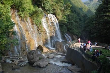 Khám phá những thác nước đẹp nhất dưới chân núi PhanxiPang