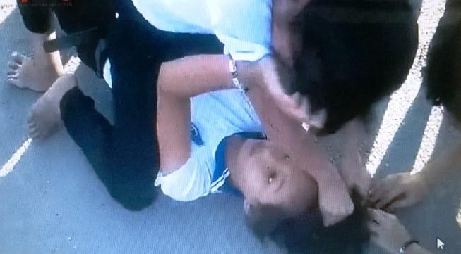 Khiển trách hai nữ sinh đánh nhau như phim