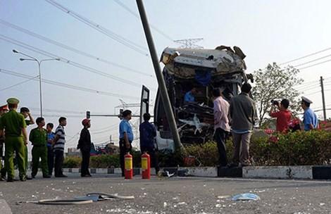 Ô tô khách tông xe cuốc bên đường, 5 người nhập viện