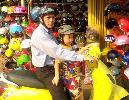 Phụ huynh kéo nhau mua mũ bảo hiểm cho con