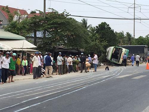 Lật xe buýt, 20 người thoát chết