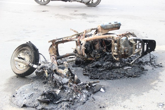 Chủ nhân tháo chạy thoát thân khi xe tay ga bốc cháy