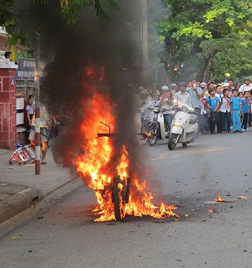 Xe máy bốc cháy trước cổng trường