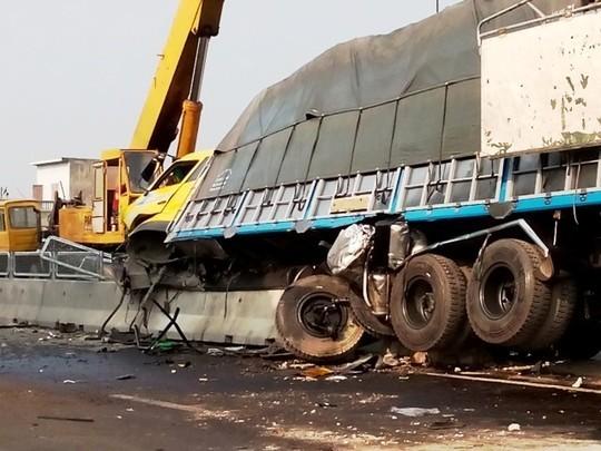 Xe tải hạng nặng 'cày nát' dải phân cách, lốp rụng tơi tả