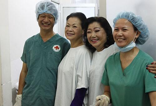 Khánh Ly giúp bệnh nhân nghèo mổ mắt