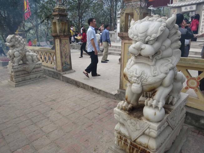 Phế bỏ sư tử đá lai căng ra khỏi đền thờ Liễu Hạnh