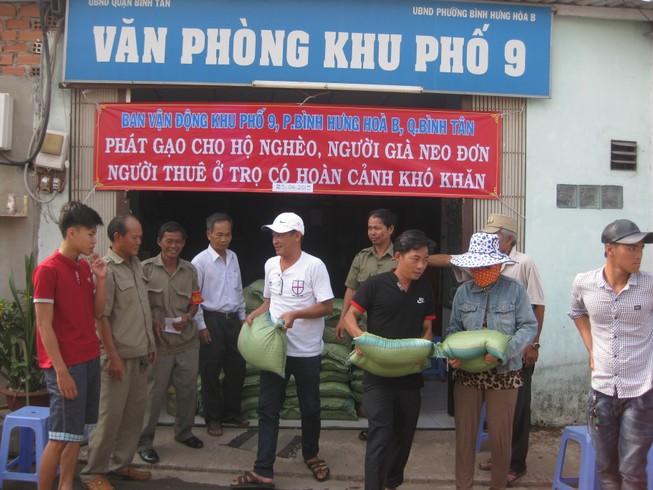 Trao 1,5 tấn gạo cho bà con nghèo