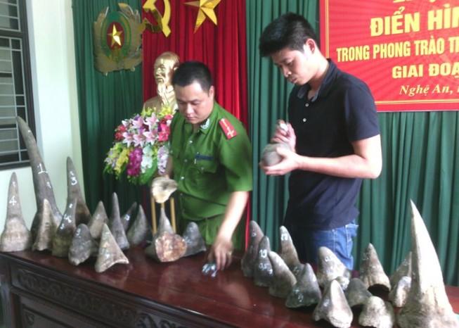 Bắt 2 kẻ vận chuyển 31 sừng tê giác từ TP.HCM ra Nghệ An