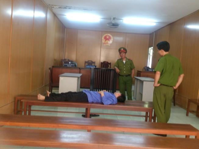Bị cáo ngất xỉu khi tòa nghị án