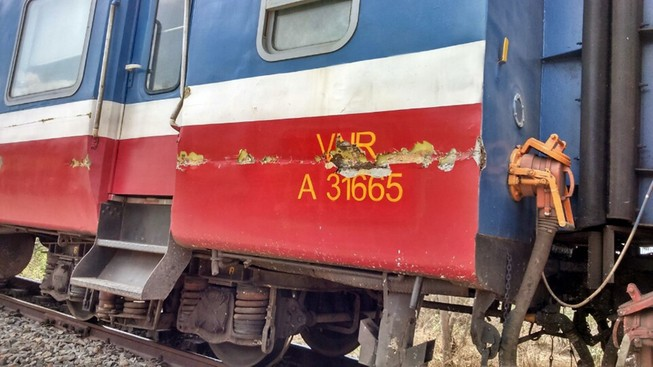 Cố băng qua đường ray, xe tải tông vào tàu hỏa tài xế nguy kịch