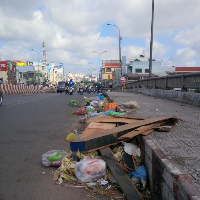 Rác thải vứt ngổn ngang trên cầu Chợ Cầu
