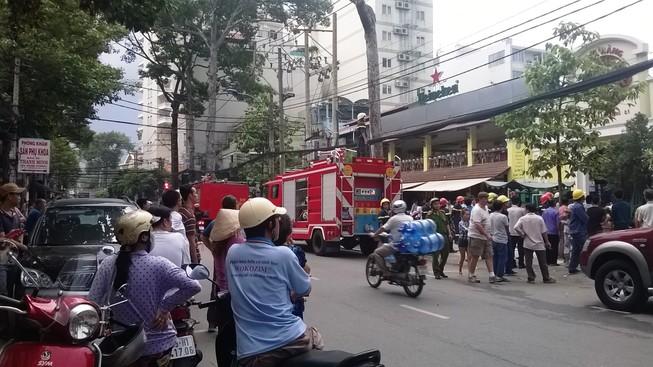 Nhà hàng bốc cháy, thực khách bỏ chạy