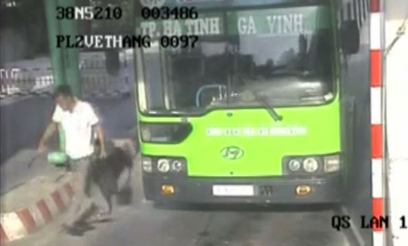 Camera quay được nghi can đâm thấu bụng nhân viên xe buýt
