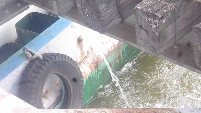 Tàu mắc kẹt dưới cầu đường sắt Bình Lợi