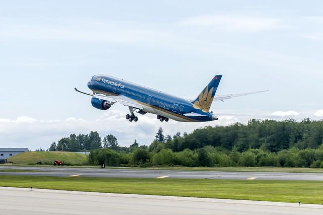 Chiếc Boeing 787-9 Dreamliner đầu tiên của VNA bay trình diễn tại Paris
