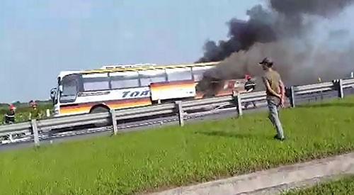 Xe khách đang lưu thông, bỗng bốc cháy dữ dội