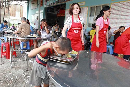 Một bữa cơm đầy tình thương cho người nghèo