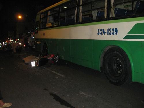 Xe buýt va chạm làm người đi xe máy tử vong tại chỗ