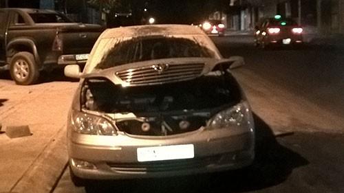 Xe Toyota dừng bên đường bỗng nhiên bốc cháy