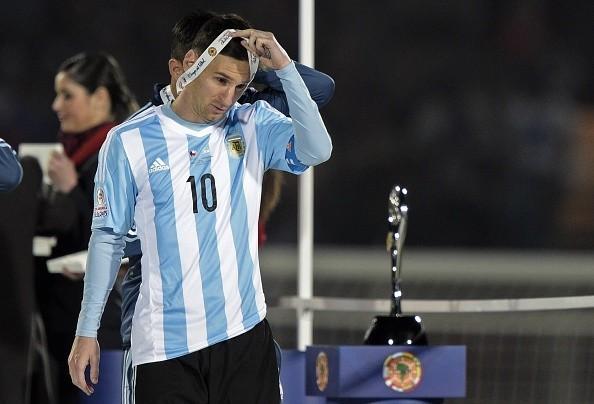 Messi thất vọng cởi bỏ huy chương bạc khi đi qua cúp vô địch