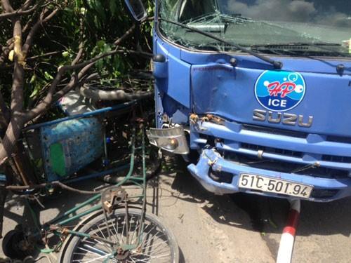 Clip Bác xích lô thoát chết trước mũi xe tải