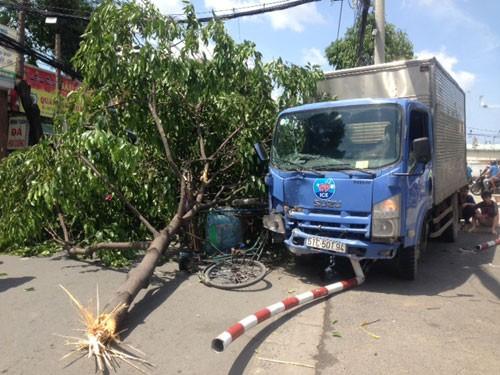 Bác xích lô thoát chết trước mũi xe tải