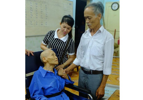 Bàn giao bệnh binh 70 tuổi cho gia đình sau gần 50 năm thất lạc