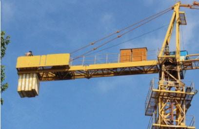 Vất vả giải cứu thanh niên ngáo đá ngồi trên cần cẩu cao hơn 50m
