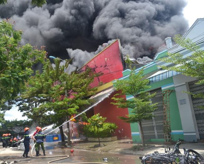 Cháy dữ dội tại công ty sơn ở Đà Nẵng