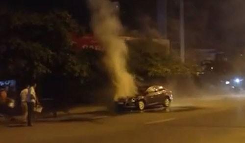 Ôtô bốc khói nghi ngút khi đang lưu thông