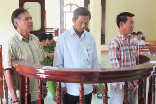 Nhập hộ khẩu khống để 12 Việt kiều nhập lậu ô tô