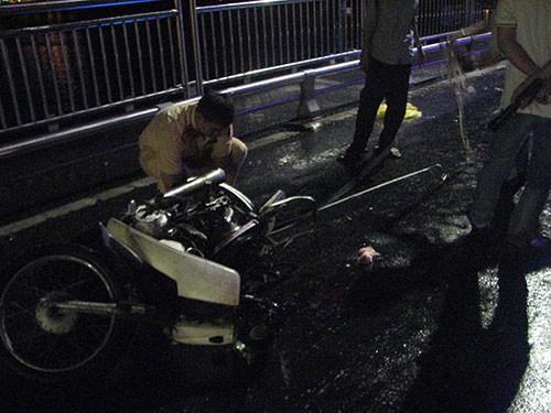 Truy tìm xe ôtô gây tai nạn từ mảnh vỡ rớt lại hiện trường