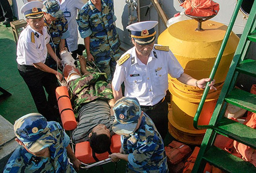 Tàu Vùng 4 Hải quân cứu ngư dân bị nạn ở Trường Sa