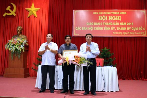 Ban Nội chính Trung ương tặng bằng khen cho một trưởng phòng