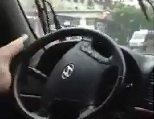 Liều mạng lái xe bằng chân