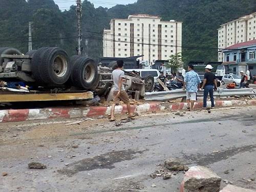 Container lật nghiêng, tài xế đập cửa cầu cứu